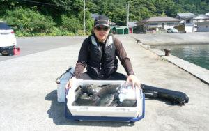 小倉の松永さん。30〜35センチくらい 、クーラー満タンの爆釣です。