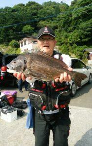 藤井さんチヌですねえ^(^_^)チヌはまだまだ、釣れてましたよ!